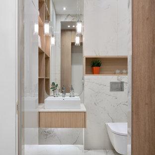 На фото: маленькая ванная комната в современном стиле с плоскими фасадами, светлыми деревянными фасадами, инсталляцией, настольной раковиной, белым полом, белой столешницей, подвесной тумбой и душевой кабиной
