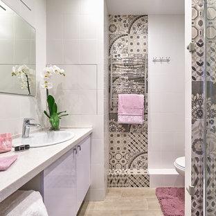 Modernes Duschbad mit flächenbündigen Schrankfronten, lila Schränken, beigefarbenen Fliesen, weißen Fliesen, beigem Boden und weißer Waschtischplatte in Moskau