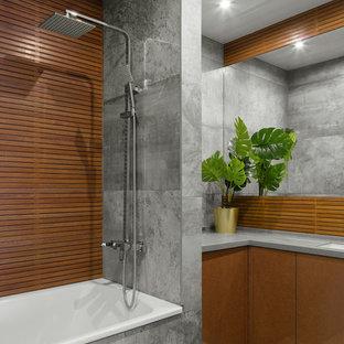 Неиссякаемый источник вдохновения для домашнего уюта: главная ванная комната в современном стиле с плоскими фасадами, коричневыми фасадами, ванной в нише, серой плиткой, врезной раковиной, серым полом и серой столешницей