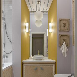 Свежая идея для дизайна: главная ванная комната среднего размера в современном стиле с фасадами с декоративным кантом, светлыми деревянными фасадами, ванной в нише, керамической плиткой, фиолетовыми стенами, полом из керамогранита, столешницей из искусственного камня, серым полом, открытым душем, белой столешницей, душем над ванной, биде и настольной раковиной - отличное фото интерьера