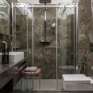 Ispirazione per una stanza da bagno con doccia design di medie dimensioni con ante lisce, ante nere, doccia alcova, WC sospeso, piastrelle marroni, piastrelle in ceramica, pavimento in gres porcellanato, top in quarzo composito, pavimento marrone, porta doccia scorrevole e lavabo a bacinella