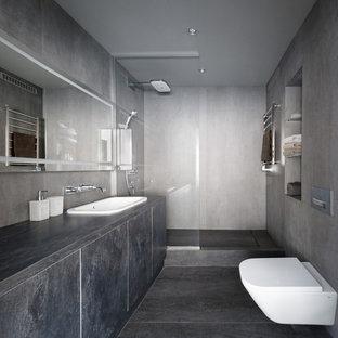 На фото: ванная комната в современном стиле с плоскими фасадами, серыми фасадами, душем в нише, инсталляцией, серыми стенами, душевой кабиной, накладной раковиной, серым полом, открытым душем и серой столешницей с