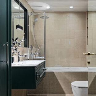 Неиссякаемый источник вдохновения для домашнего уюта: главная ванная комната среднего размера в стиле современная классика с фасадами с выступающей филенкой, зелеными фасадами, ванной в нише, душем над ванной, инсталляцией, бежевой плиткой, монолитной раковиной, бежевым полом, открытым душем, белой столешницей, тумбой под одну раковину, подвесной тумбой и унитазом