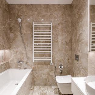 Неиссякаемый источник вдохновения для домашнего уюта: главная ванная комната среднего размера в современном стиле с ванной в нише, настольной раковиной, бежевым полом, плоскими фасадами, белыми фасадами, инсталляцией, бежевой плиткой и белой столешницей