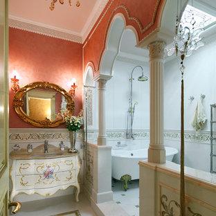 На фото: ванные комнаты в классическом стиле с ванной на ножках, красными стенами, врезной раковиной, фасадами островного типа, душем над ванной и открытым душем
