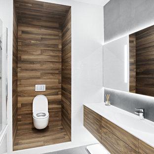 Стильный дизайн: главная ванная комната в скандинавском стиле с плоскими фасадами, фасадами цвета дерева среднего тона, ванной в нише, душем над ванной, инсталляцией, белой плиткой, монолитной раковиной, серым полом, плиткой мозаикой и открытым душем - последний тренд
