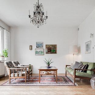 Retro inredning av ett mellanstort separat vardagsrum, med vita väggar och ljust trägolv