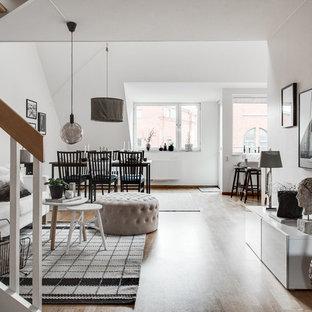 Inspiration för mellanstora minimalistiska allrum med öppen planlösning, med vita väggar och ljust trägolv