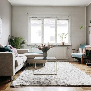 Foto på ett skandinaviskt separat vardagsrum, med ett musikrum, flerfärgade väggar, ljust trägolv och beiget golv