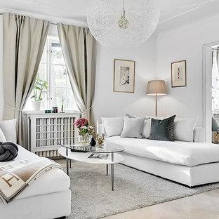 Minimalistisk inredning av ett separat vardagsrum, med vita väggar och beiget golv