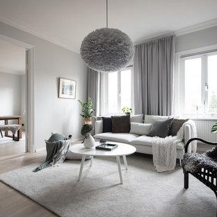 Exempel på ett skandinaviskt separat vardagsrum, med grå väggar, ljust trägolv och beiget golv