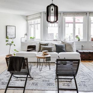 Foto på ett mellanstort skandinaviskt allrum med öppen planlösning, med ett finrum, grå väggar och ljust trägolv