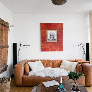Exempel på ett mellanstort asiatiskt separat vardagsrum, med ett finrum, vita väggar och ljust trägolv
