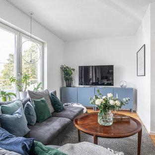 Inspiration för små nordiska vardagsrum, med vita väggar, mellanmörkt trägolv, en fristående TV och brunt golv
