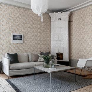 Exempel på ett mellanstort skandinaviskt vardagsrum, med flerfärgade väggar, ljust trägolv, en öppen hörnspis och beiget golv