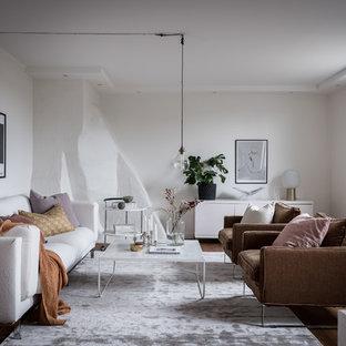 Bild på ett nordiskt separat vardagsrum, med vita väggar, mellanmörkt trägolv och brunt golv