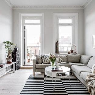 Inredning av ett nordiskt mellanstort separat vardagsrum, med vita väggar, ljust trägolv och beiget golv