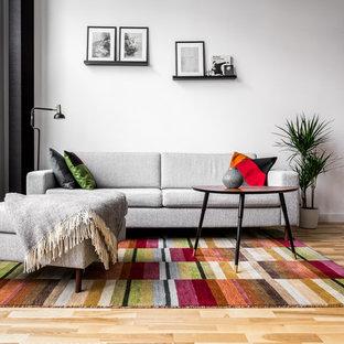Idéer för ett modernt allrum med öppen planlösning, med vita väggar, mellanmörkt trägolv och gult golv
