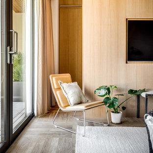 Idéer för ett modernt vardagsrum, med beige väggar, ljust trägolv och grått golv