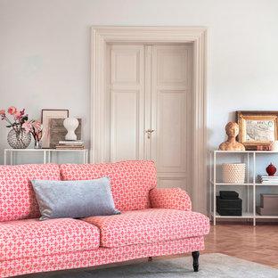 Idée de décoration pour un salon tradition avec une salle de réception, un mur gris et un sol en bois brun.