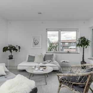 Réalisation d'un salon nordique avec un mur blanc, un sol en bois clair et un sol beige.