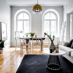 Idéer för mellanstora nordiska allrum med öppen planlösning, med vita väggar och ljust trägolv