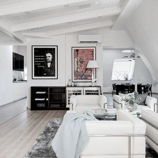 Foto på ett funkis loftrum, med vita väggar och ljust trägolv