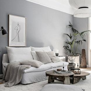 Foto på ett mellanstort minimalistiskt vardagsrum, med grå väggar och ljust trägolv