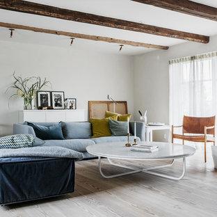 Idéer för ett eklektiskt vardagsrum, med vita väggar, ljust trägolv och beiget golv