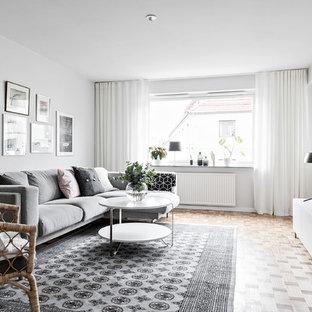 Exempel på ett skandinaviskt separat vardagsrum, med vita väggar, ljust trägolv, en fristående TV och beiget golv