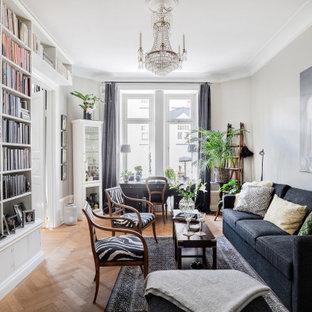 Skandinavisk inredning av ett mellanstort separat vardagsrum, med ett finrum, vita väggar, ljust trägolv och beiget golv