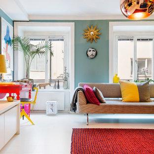 Idee per un soggiorno boho chic aperto e di medie dimensioni con pavimento in legno verniciato, pareti verdi, nessun camino e nessuna TV