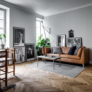 Idéer för ett mellanstort nordiskt allrum med öppen planlösning, med grå väggar, ljust trägolv och ett finrum