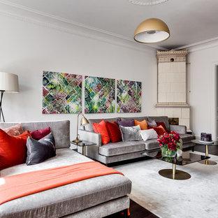ストックホルムの大きいトランジショナルスタイルのおしゃれなLDK (白い壁、濃色無垢フローリング、コーナー設置型暖炉、フォーマル、テレビなし) の写真