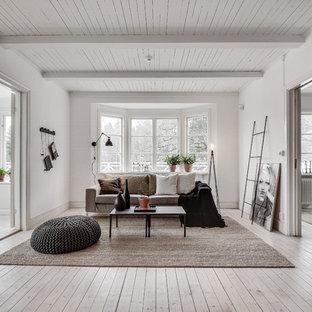 Bild på ett mellanstort skandinaviskt allrum med öppen planlösning, med ett finrum, vita väggar och målat trägolv