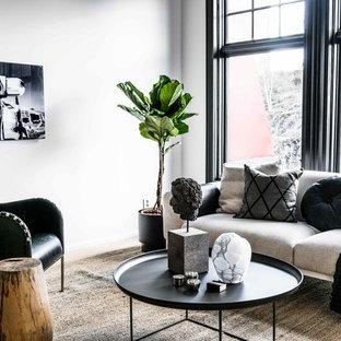 Foto på ett skandinaviskt vardagsrum, med vita väggar, ljust trägolv och brunt golv
