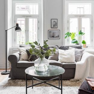 Inspiration för mellanstora skandinaviska allrum med öppen planlösning, med vita väggar, ljust trägolv och ett finrum