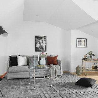 Idéer för ett mellanstort skandinaviskt allrum med öppen planlösning, med ljust trägolv, en hemmabar och vita väggar