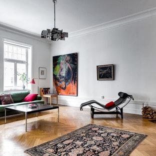 Inredning av ett eklektiskt stort vardagsrum, med ett finrum, vita väggar, mellanmörkt trägolv, en öppen hörnspis och en spiselkrans i trä