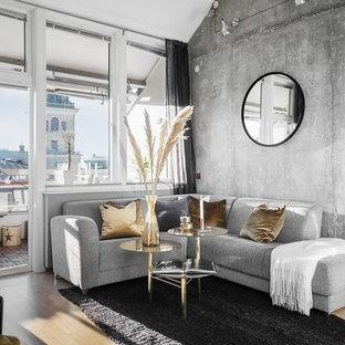 Inspiration för ett minimalistiskt allrum med öppen planlösning, med grå väggar och ljust trägolv