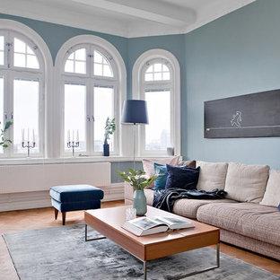 Immagine di un soggiorno vittoriano di medie dimensioni e chiuso con pareti blu, pavimento in legno massello medio e pavimento arancione