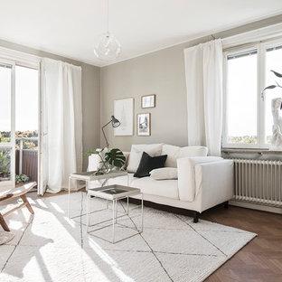 Inspiration för ett skandinaviskt vardagsrum, med beige väggar och mellanmörkt trägolv