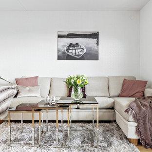 Idéer för ett mellanstort minimalistiskt vardagsrum, med vita väggar, mellanmörkt trägolv och brunt golv