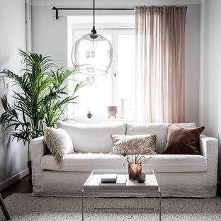 Bild på ett mellanstort minimalistiskt vardagsrum, med vita väggar och brunt golv