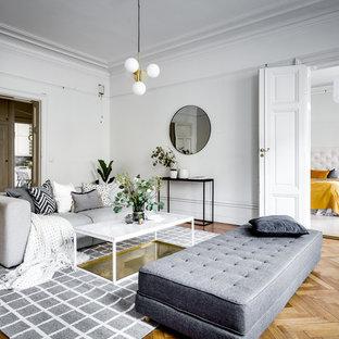 Inspiration för minimalistiska separata vardagsrum, med ett finrum, vita väggar, mellanmörkt trägolv och brunt golv