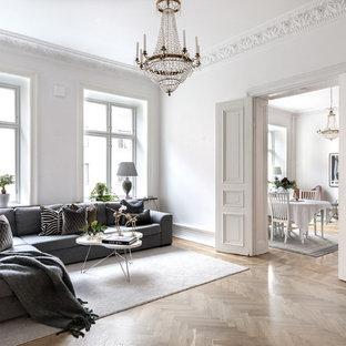 Inspiration för ett vintage separat vardagsrum, med vita väggar, ljust trägolv och beiget golv