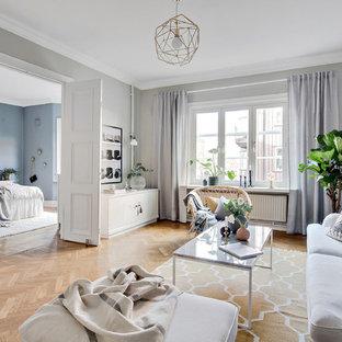 Exempel på ett minimalistiskt separat vardagsrum, med grå väggar, ljust trägolv och beiget golv