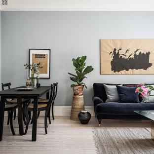 Inspiration för ett mellanstort nordiskt allrum med öppen planlösning, med blå väggar och ljust trägolv