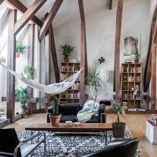 Ispirazione per un soggiorno tropicale di medie dimensioni e aperto con pareti bianche, parquet chiaro, sala formale e nessuna TV