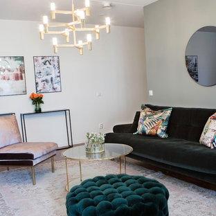 ストックホルムの中サイズのトロピカルスタイルのおしゃれなLDK (フォーマル、緑の壁、無垢フローリング、暖炉なし、コンクリートの暖炉まわり、壁掛け型テレビ、茶色い床) の写真